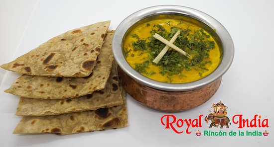 Chicken Korma with Naan Cubos de pollo en salsa amarilla a base de nueces con cebolla, mantequilla, crema de leche y especias de la India.