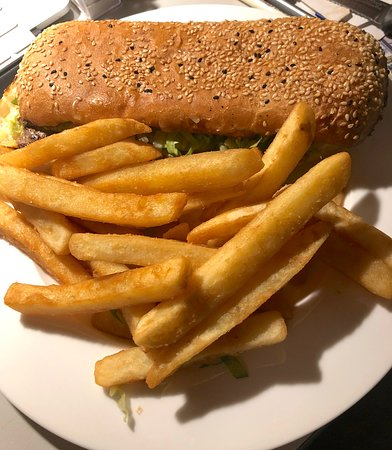 Kalbarri Edge Resort Restaurant: Put it all out on my plate to see what a big meal it was, steak burger and chips