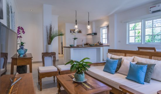 Bali, Indonésie : Designed with a lock off bedroom that includes a small kitchenette and a spacious ensuite bedroom, Umalas Suites provide an open living-dining-kitchen area to embrace the natural light.