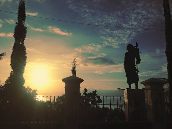 Pulau Nusalaut, Indonezja: sunset di monumen Martha Christina Tiahahu