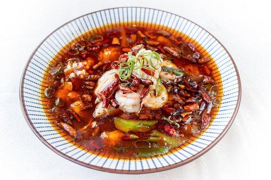 El Bund: Caldereta de marisco sichuanesa Szechuanese stew with shellfish potatoes, mushrooms and lotus root Un guiso tradicional con mariscos variados acompañados de patatas, setas y raíz de loto
