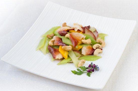 El Bund: Almejas primavera Stir fried clams with anacardo and lettuce sticks Coral de almejas salteadas con anacardos y tallos de lechuga