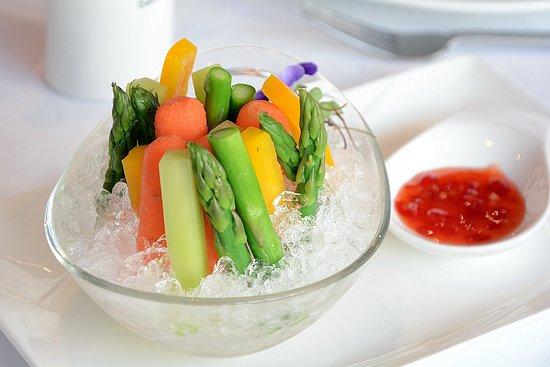 El Bund: 冰镇田园蔬 Bastones de verdura Steamed vegetable slices with sweet and sour sauce Bastones de verdura al vapor con salsa agripicante