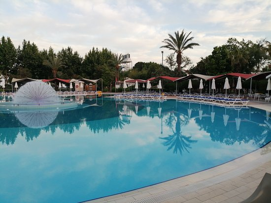 Queen's Park Le Jardin Resort: piscine le soir