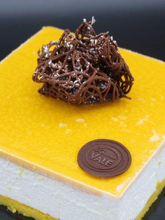 Semifreddo al cocco con cremoso al cioccolato bianco e frutti tropicali