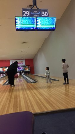Universal Bowling Center (UBC): من أفضل الصالات المخصصة للبولينج في الرياض يوجد بها عدد من المسارات المخصصة للأطفال بسياج يمنع خروج الكرة عن مسار المرمى