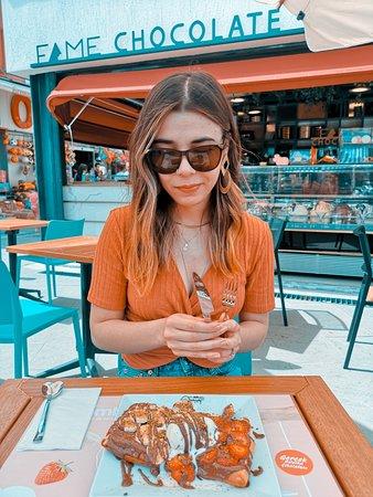 Ne aradığını bilenlere hedefi tam on ikiden vurduklarını hissettirecek, yalnız lezzeti ile değil sunumu ile de favorimiz Belgian Waffle; gerçek Belçika çikolatası kullanılarak hazırlanan sosu,%100 doğal dondurması ve mevsim meyveleri ile sizin de başınızı döndürmeye aday!
