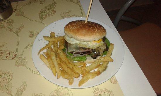 Pylaros Hotel: Egg Burger