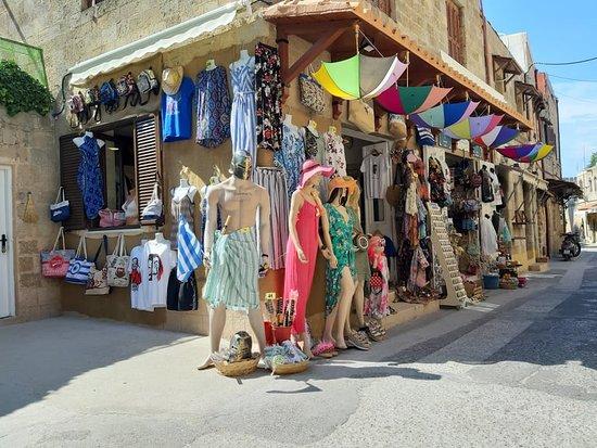 Ένα διαφορετικό κατάστημα μέσα στην παλιά πόλη της Ρόδου. Σε εμάς θα έχετε την ευκαιρία να αγοράσετε πολλά ενδιαφέροντα προϊόντα για την οικογένεια και τους φίλους σας, διαλέξτε από μία μεγάλη ποικιλία σουβενίρ,κοσμήματα, μαγνητάκια είδη δώρων καλλυντικά ρούχα τσάντες παπούτσια και πολλά άλλα!  A different gift shop in the old town of Rhodes. With us you will have the opportunity to buy many interesting products for your family and friends, choose from a wide variety of souvenirs, jewelries,gift