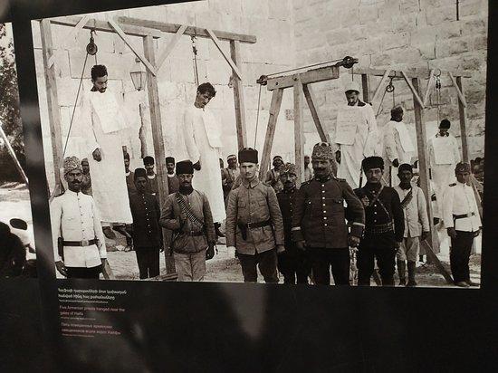 Armenian Genocide Museum: תליית גברים ארמנים על ידי תלייניהשלטון התורכי