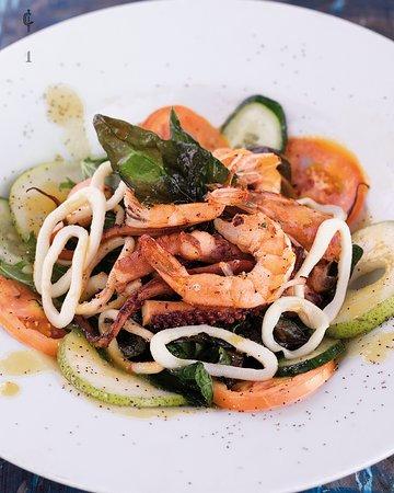 Saludable y exquisita, así es nuestra #nueva ensalada de #mariscos. Una magnífica mezcla de vegetales con frutos del mar perfecta para cualquier momento del día.