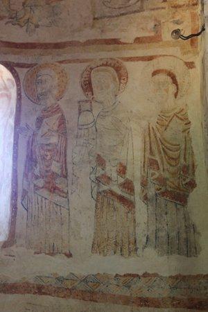 Eglise Saint-Nizier de Burnand: Eglise de Burnand : Le décor roman aprés restauration - Les trois apôtres