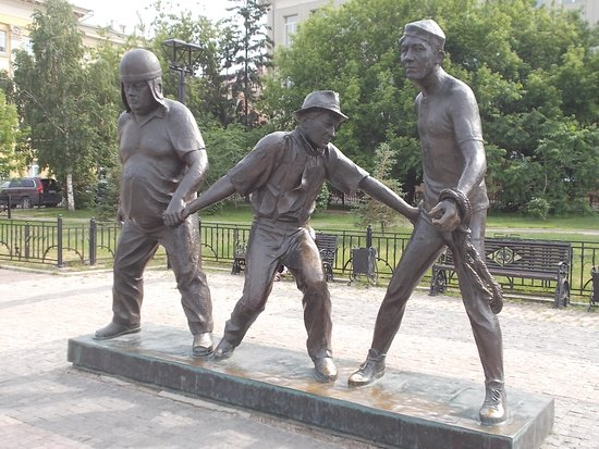 Памятник Леониду Гайдаю: Leonid Gaidai Statues. These are his Comedy Trio. Goof on the left. Coward in the center. Skilled on the right.