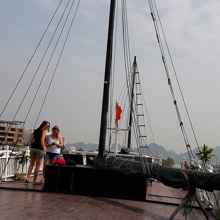 Dynasty Cruises Halong: Wonderful deck.