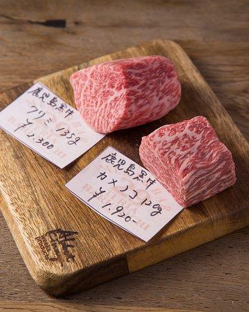 「29TERIA BARUMICHI」では佐賀牛・宮崎牛等のA5ランクの厳選された黒毛和牛を使用しております。部位は常時8種類~10種類そろえ、それらの貴重なお肉を特別に設置された「炭焼きグリル台」で豪快に焼き上げます