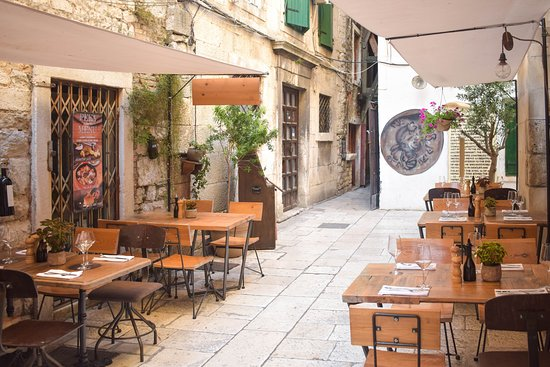 Diocletian's Wine House : outside terrace