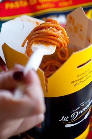 125 grammi di Spaghetti al pomodoro e una fetta di pane sul fondo per raccogliere tutto il gusto de La Devozione in una scarpetta!