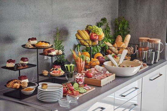 Kowale, โปแลนด์: Śniadania w naszym Hotelu przygotowywane są z największą starannością, ze świeżych, lokalnych produktów. Wypiekane na miejscu pieczywo, sery z zaprzyjaźnionego gospodarstwa, słodkości od najlepszych cukierników no i oczywiście nieograniczona ilość kawy to gwarancja dobrze rozpoczętego dnia!