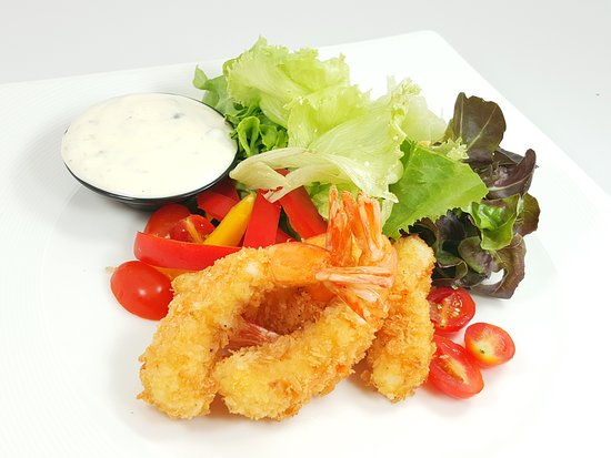 Salad with crispy fried shrimp tempura / สลัดกุ้งทอด