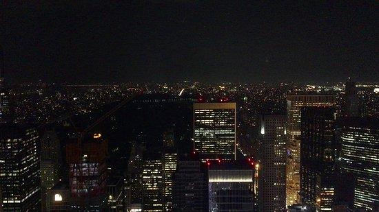 ニューヨークの夜景を見たくてやってきました、夕方に到着しましたが思っていたほど混雑はしていなく、すんなり屋外展望台へ上りました。 やはりニューヨークの夜景は素晴らしいです、正面にはエンパイヤ・ステートビルが見えたりで綺麗でした。また、季節的にも暑すぎず寒すぎずで9月は良いかもしれません。