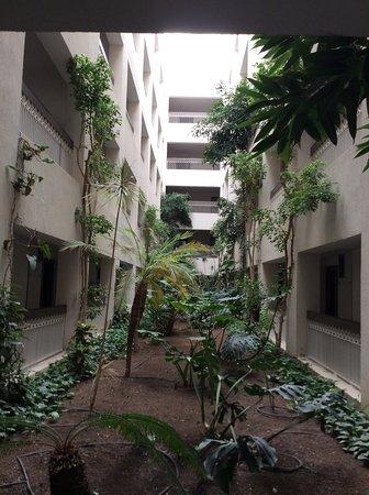 Vue d'un des patios à l'intérieur de l'hôtel donnant vers quelques chambres depuis RDC.