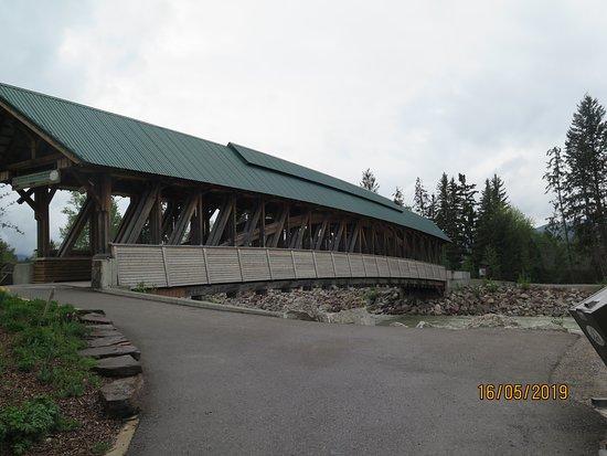 Kicking Horse Pedestrian Bridge: Vista da ponte coberta