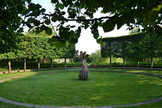 Estate Orekhovno : В Ореховно есть регулярный парк и пейзажный.