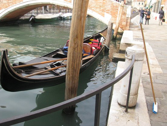 City of Venice, Italie : gondola on a canal