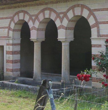 Le lavoir de Bresse sur Grosne: L'avantage d'un lavoir, c'est un lieu social et en général celui-ci est construit prés d'une source ce qui explique que celui-ci est un peu en dehors du village, mais il faut savoir que la commune de Bresse sur Grosne en possède encore trois à ce jour