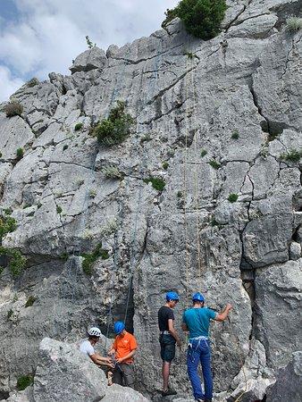 Rock Climbing in Dubrovnik: 在你攀登前教練會再次確保你的繩結!