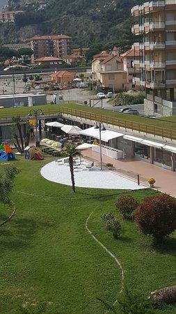 Il locale col suo dehor e giardino, zona aperitivi e area giochi bambini