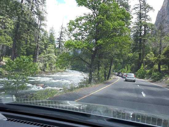 "Yosemite Valley: Links, der Gebirgsfluss ""Merced River"""