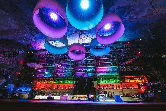 Akakao Live Music Club: Акакао Live Music Club  Два зала, вместимостью 250 и 800 человек,позволяют   работать   в режиме ночного клуба,бара и концертной  площадки.