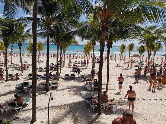Hotel Riu Yucatan : Beautiful Large Clean Beach.