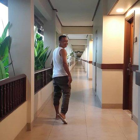 Menyusuri koridor kamar yang panjang