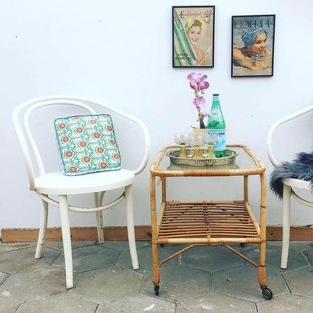 Skibby, Danimarca: Hos Retro-Shoppen.dk kan du altid finde sommer ;) Her er alt vintage og genbrug. F.eks. Thornet stole med armlæn, eller de populære bambus borde.