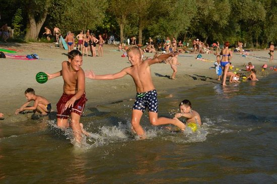 Vukovar, Croacia: Favorite place in hot summer days? The small sandy island on the Danube, just across the city center. The refreshment is only 5 minutes away by boat. Take your ride!