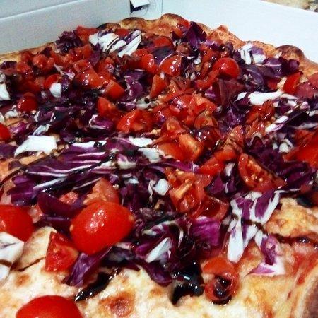 Pizza Tonino con bresaola, radicchio e glassa di aceto balsamico