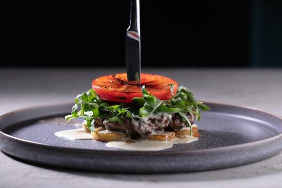 Aviator Restaurant & Bar: Бифштекс с карамелизированным томатом, рукколой и соусом блючиз/ Beefsteak with caramelized tomato, rocket and blue cheese sauce 980р
