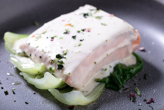 Aviator Restaurant & Bar: Лосось с кремом васаби ипакчой/ Salmon with wasabi cream and pakcha 1 390р