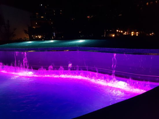 Cornelia Diamond Golf Resort & Spa: Quite spectacular waterfalls in the pools at night