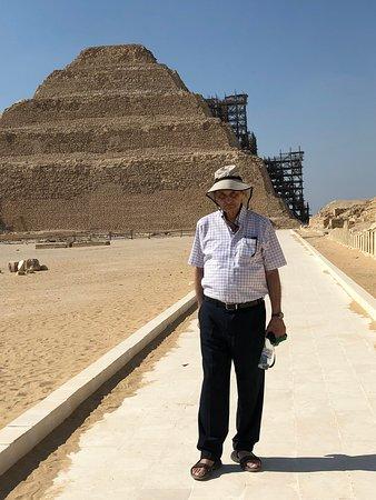 Saqqara (Sakkara) Pyramids: לולו מול מפירמידת המדרגות