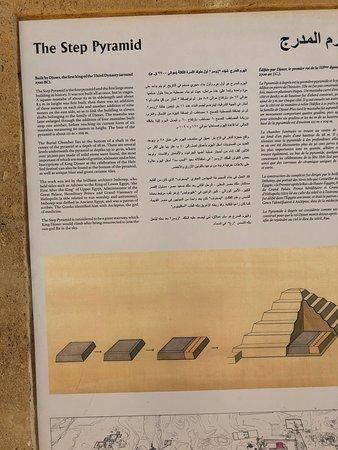 Saqqara (Sakkara) Pyramids: לוח הסבר באנגלית וערבית על פירמידת המדרגות