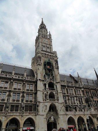 Glockenspiel In Neus Rathaus