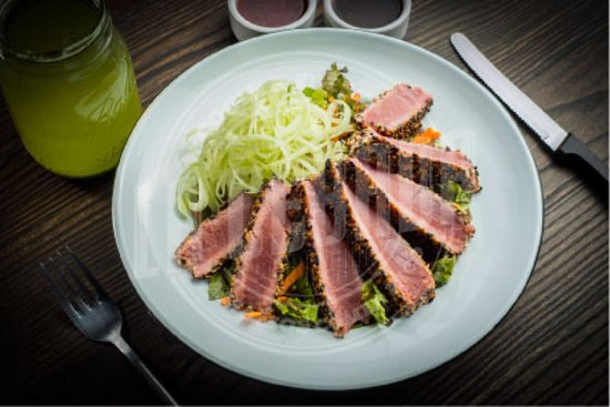 Ensalada de atun thai, con lechuga, zanahoria, pepino y atun sellado con costra de ajonjoli y vinagreta de soya y ajonjoli.