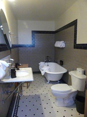 Old Faithful Inn (old section) bathroom