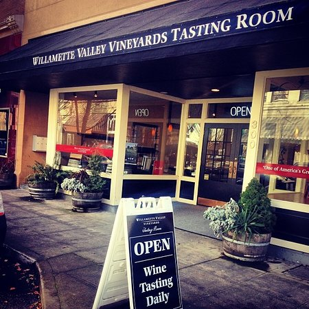 McMinnville, Oregon: Outside the Tasting Room