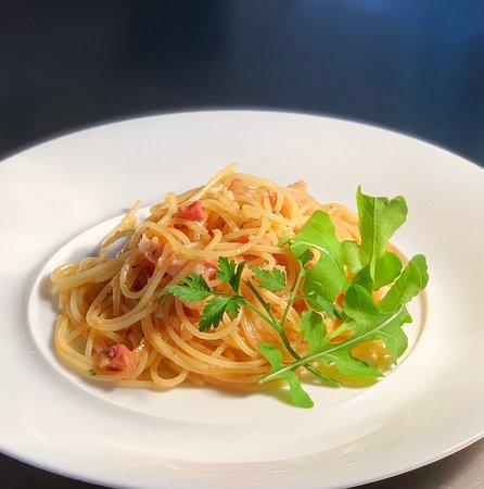 イタリア産生ベーコン「パンチェッタ」が香ばしい、辛口トマトベースのペペロンチーノ
