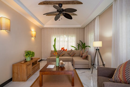 Felicie Cottage & Residence (Seychelles): Cottage 2: Large living area with retractable sofa bed for family