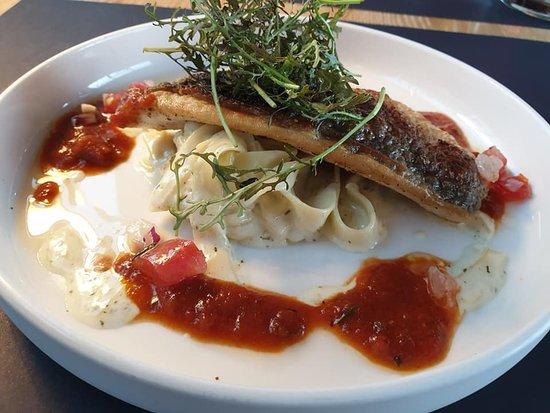 Dorade met lint pasta en tomaten saus. (dit was een verrassingsmenu en dit gerecht is misschien niet altijd beschikbaar.)